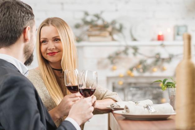 Casal de conteúdo, desfrutando de um jantar romântico Foto gratuita