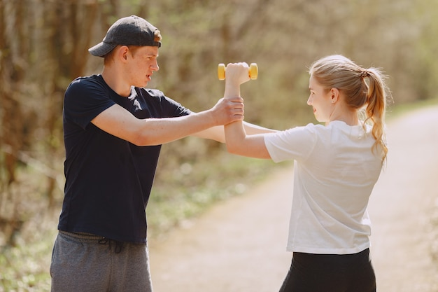 Casal de esportes treinando em uma floresta de verão Foto gratuita