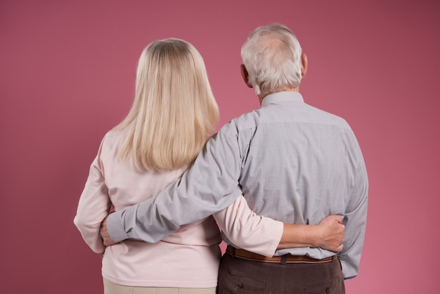 Casal de idosos abraça um ao outro de volta. Foto Premium
