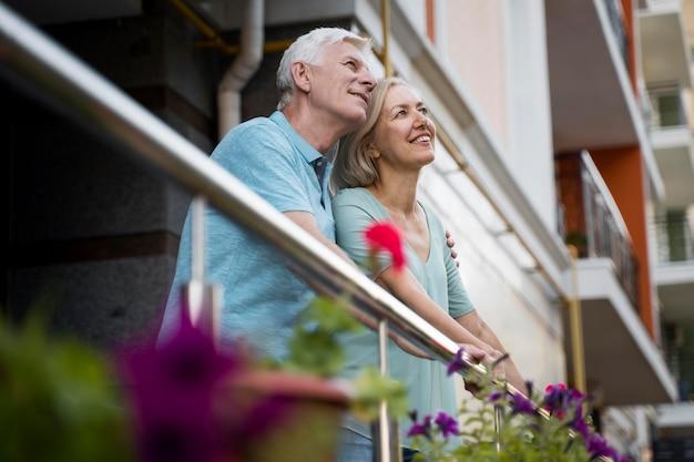 Casal de idosos admirando a vista enquanto está na cidade Foto gratuita
