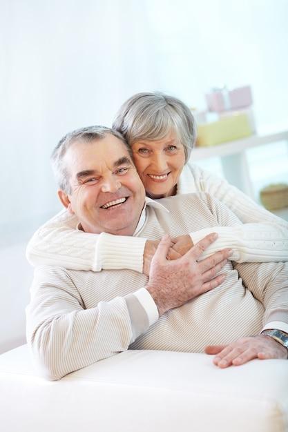 Casal de idosos brincando e rindo Foto gratuita