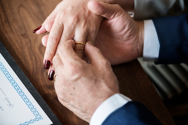 Casal de idosos casados com anéis Foto gratuita