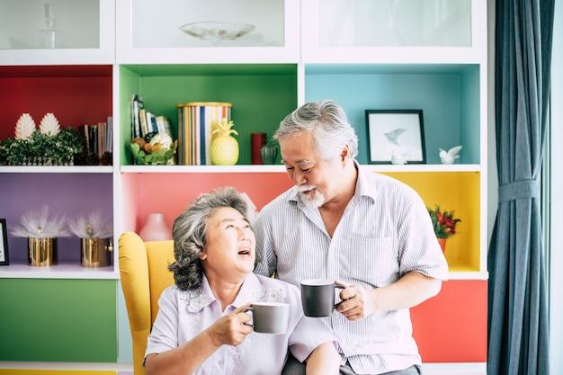 Casal de idosos conversando e bebendo café ou leite Foto gratuita