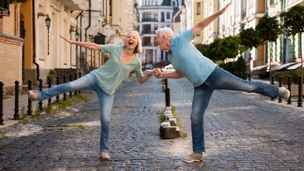 Casal de idosos feliz aproveitando o tempo na cidade Foto Premium