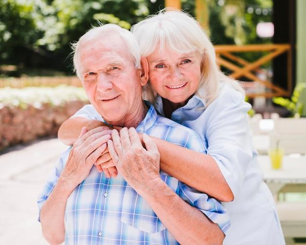 Casal de idosos feliz olhando para a câmera Foto gratuita