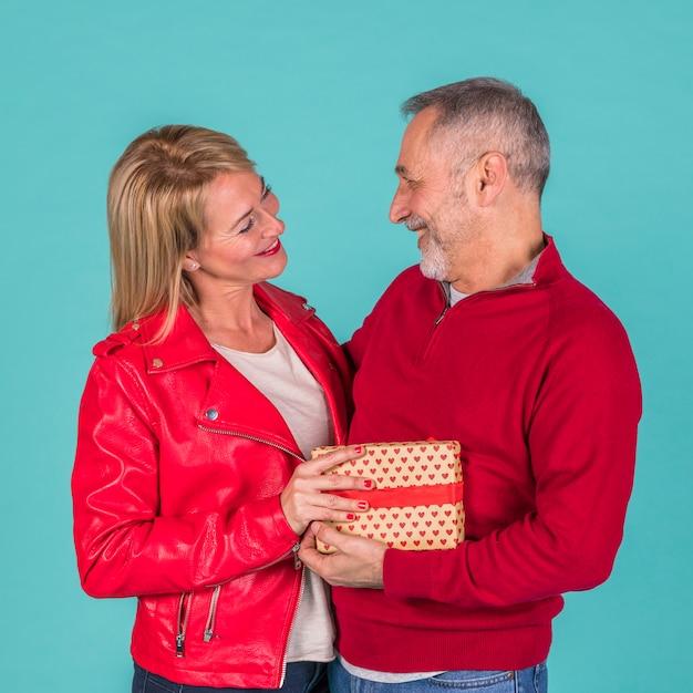 Casal de idosos felizes com presentes Foto gratuita