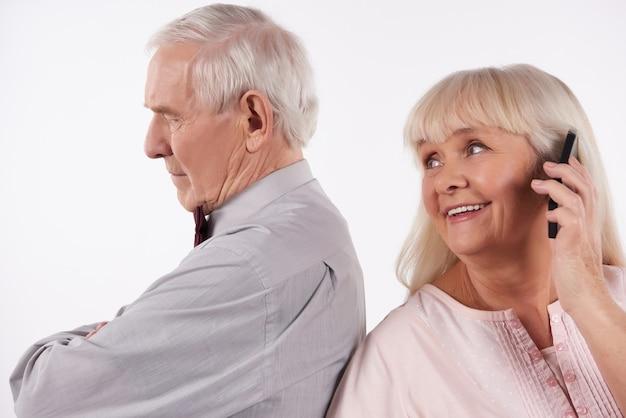 Casal de idosos interagem com smartphones. Foto Premium