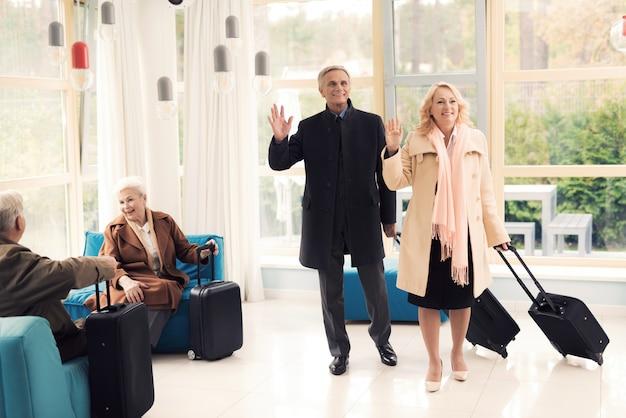 Casal de idosos no saguão do aeroporto Foto Premium