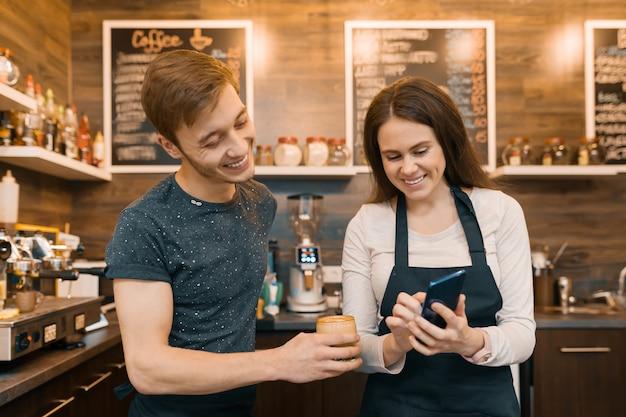 Casal de jovens donos de cafeterias masculinas e femininas Foto Premium