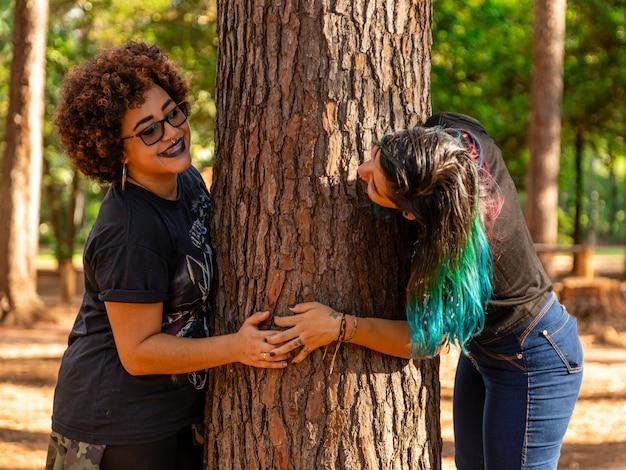 Casal de lésbicas em um lindo dia no parque Foto Premium