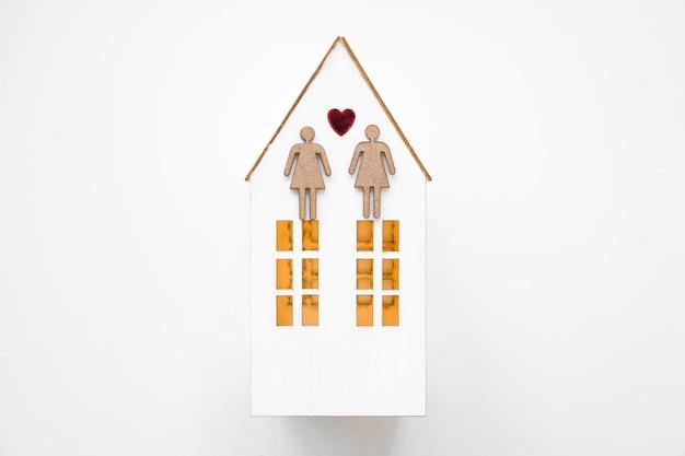 Casal de lésbicas na casa de brinquedo Foto gratuita
