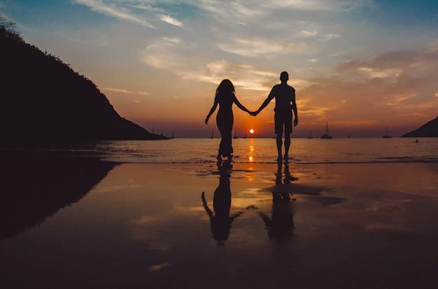 Resultado de imagem para um casal de mãos dadas sob uma árvore