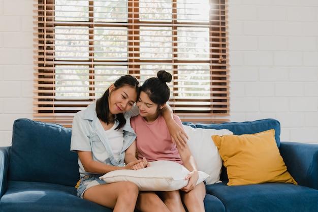 Casal de mulheres asiáticas lgbtq lésbicas jovem abraço e beijo em casa Foto gratuita