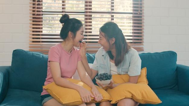 Casal de mulheres lésbicas asiáticas lgbtq comer comida saudável em casa Foto gratuita