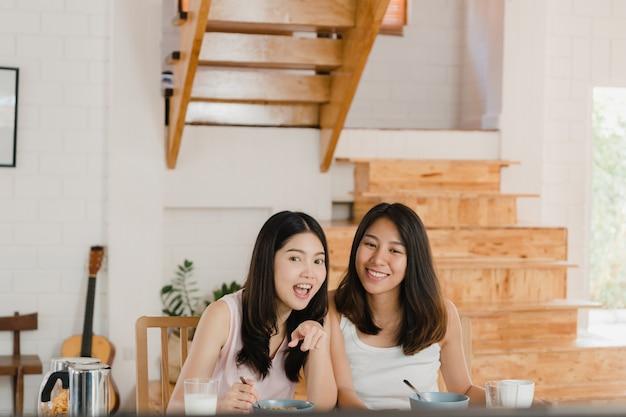 Casal de mulheres lésbicas asiáticas lgbtq tomar café da manhã em casa Foto gratuita
