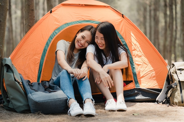 Casal de mulheres lésbicas lgbtq acampar ou fazer um piquenique juntos na floresta Foto gratuita