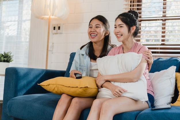 Casal de mulheres lgbtq jovens lésbicas da ásia assistindo tv em casa Foto gratuita