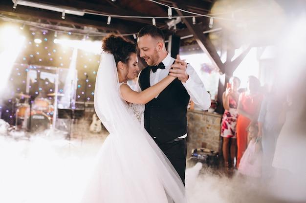 Casal de noivos dançando sua primeira dança Foto gratuita