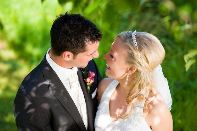 Casal de noivos em ambiente romântico Foto Premium