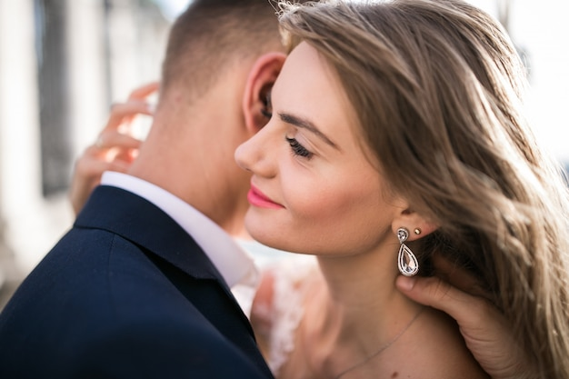 Casal de noivos no dia do casamento em budapeste Foto gratuita