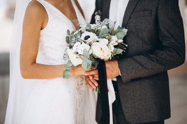 Casal de noivos no dia do casamento Foto gratuita