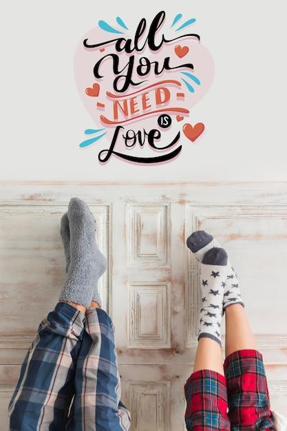 Casal de pijama e qoute para dia dos namorados Foto gratuita