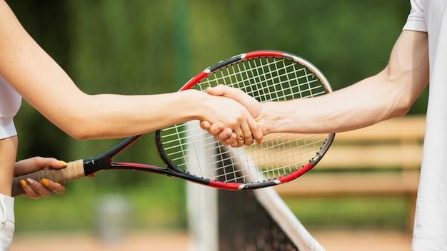 Casal de tênis apertando as mãos close-up Foto gratuita