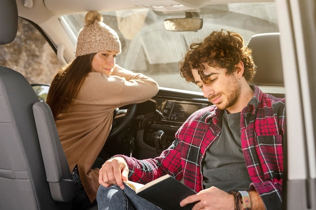 Casal de tiro médio no carro Foto Premium