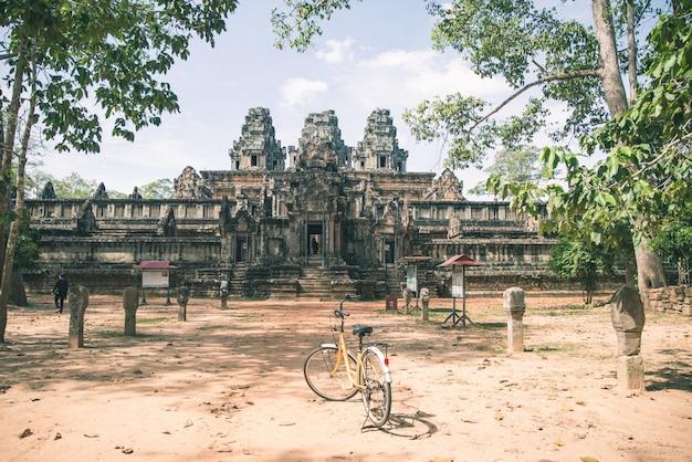 Casal de turista, andar de bicicleta ao redor do templo de angkor Foto Premium