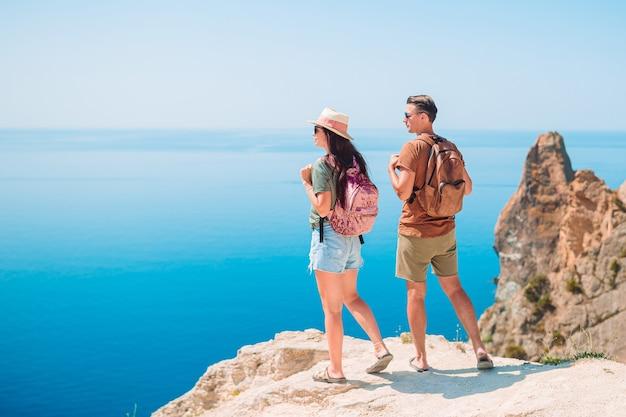 Casal de turistas caminhando nas férias de verão Foto Premium