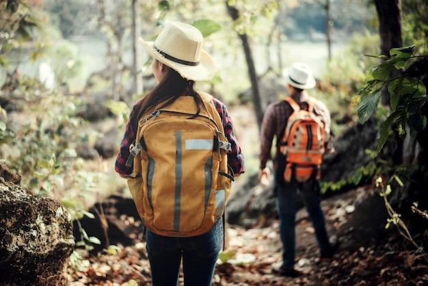 Casal de turistas na floresta na montanha Foto gratuita