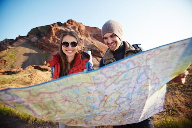Casal de turistas olhando o mapa Foto gratuita