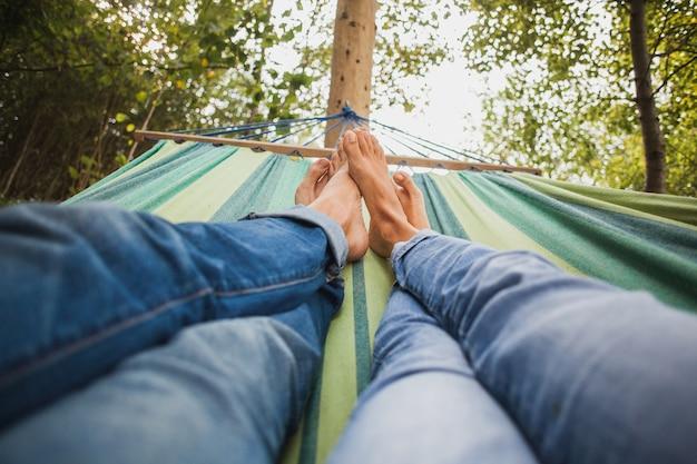 Casal deitado na rede Foto gratuita