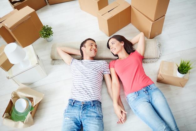 Casal descansando no chão Foto gratuita