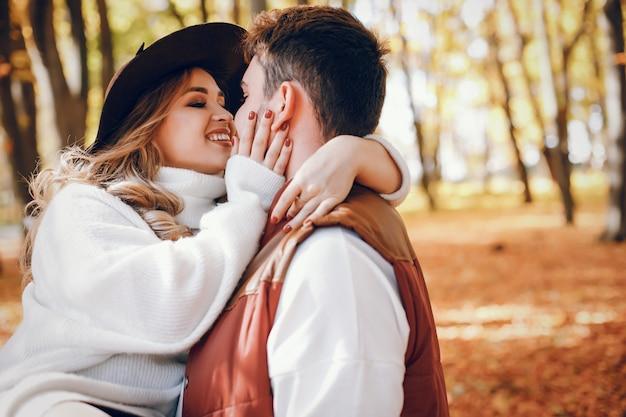 Casal elegante em um parque ensolarado de outono Foto gratuita