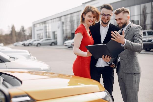 Casal elegante em um salão de beleza do carro Foto gratuita