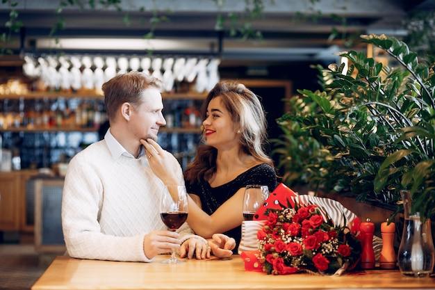 Casal elegante passa o tempo em um restaurante Foto gratuita