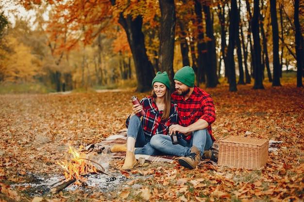 Casal elegante passar o tempo em um parque de outono Foto gratuita