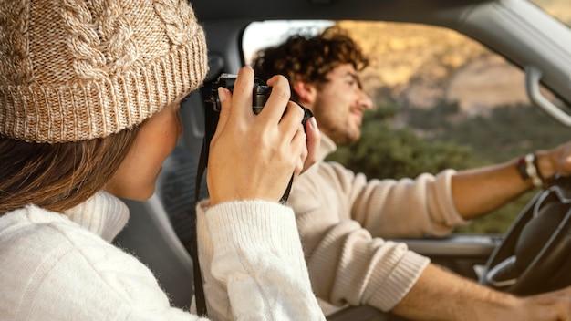 Casal em close durante viagem Foto gratuita