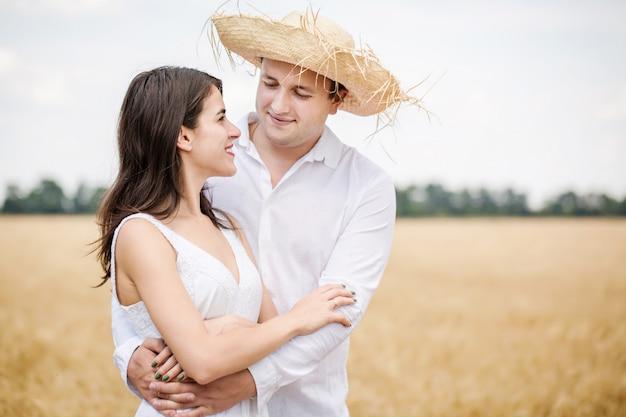 Casal em um campo Foto Premium