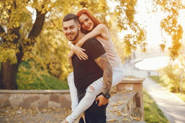 Casal em um parque Foto Premium