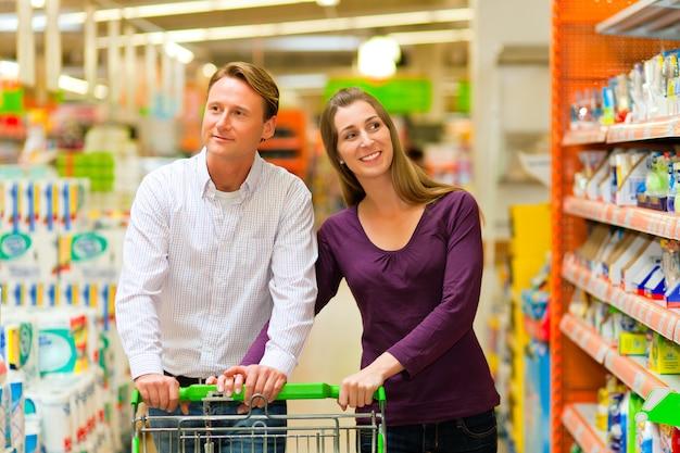 Casal em um supermercado Foto Premium