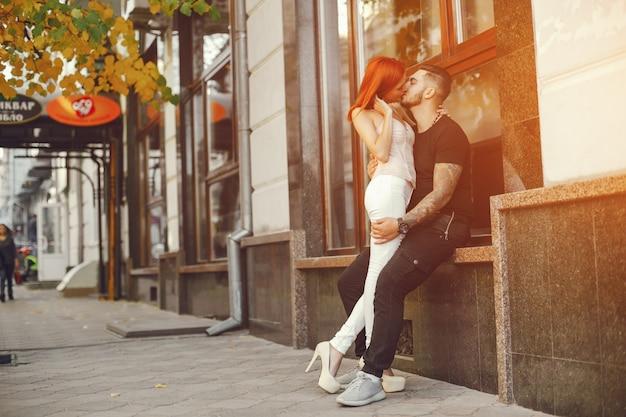 Casal em uma cidade Foto Premium