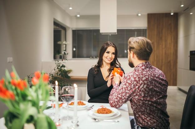 Casal encantador celebrando no café Foto gratuita