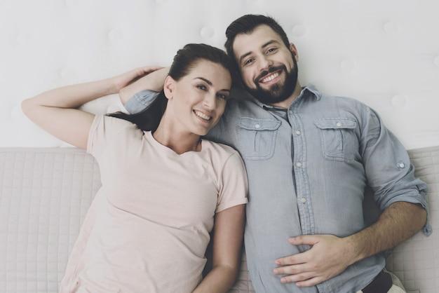 Casal escolhe colchão para si na loja de colchão. Foto Premium