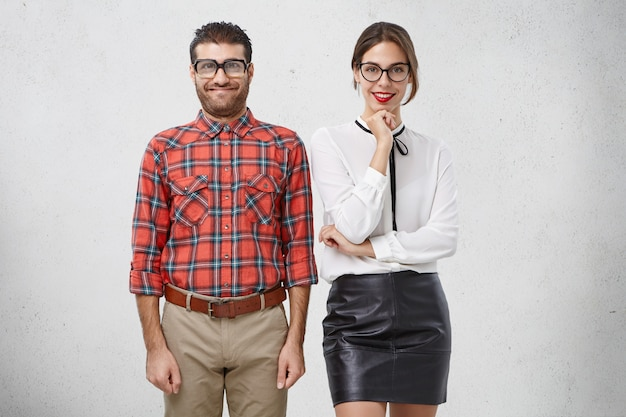 Casal estranho apaixonado não sabe como se comportar no primeiro encontro Foto gratuita