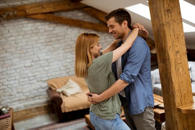 Casal feliz abraçando no apartamento loft Foto Premium