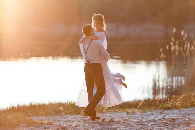 Casal feliz ao pôr do sol Foto Premium