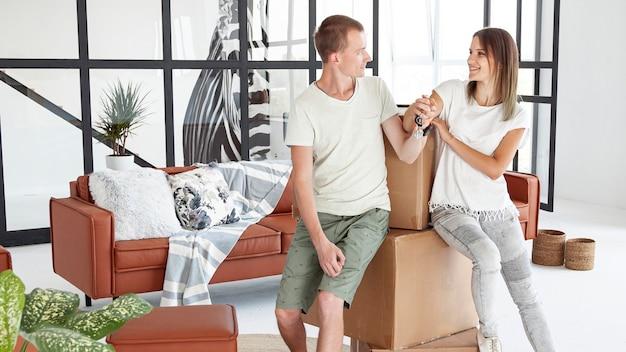 Casal feliz com casa nova Foto gratuita