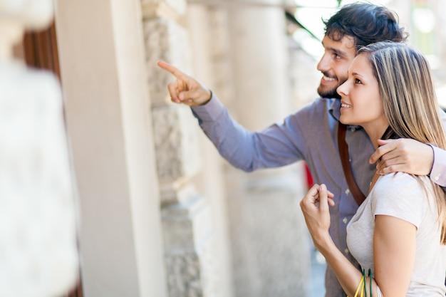 Casal feliz compras juntas Foto Premium